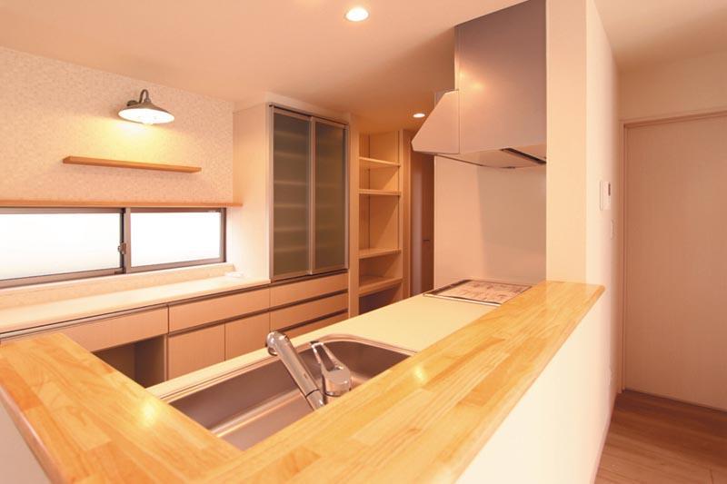 キッチンスペースはバックキャビネット+キッチンパントリーで豊富な収納力を実現しました。