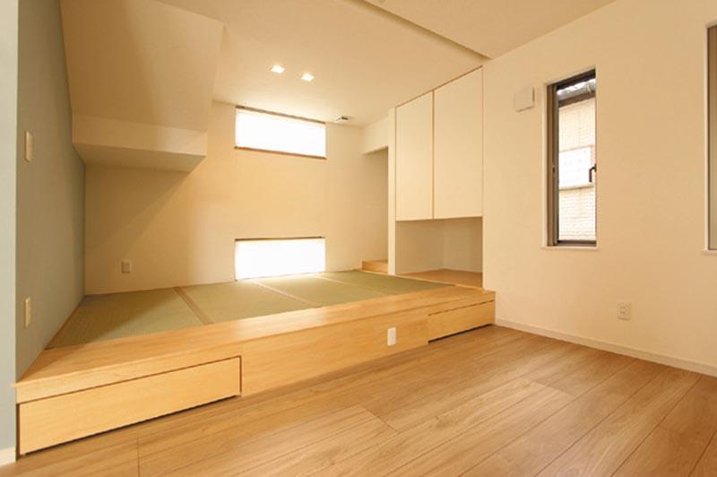 リビングへと続く畳スペースの床下にはビッグサイズの収納引出しを設けました。