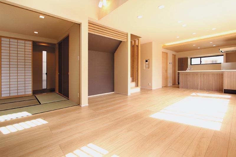 リビング床は明るいオーク色を使い、「和」のテイストを感じる空間としました。