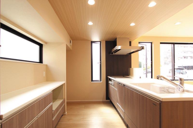 キッチンのバックキャビネットはカウンター形式とし、十分な採光と通風を確保しました。