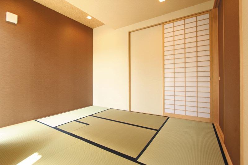 玄関の土間から直接入れる和室。奥様の着付けと茶道教室用のお部屋です。