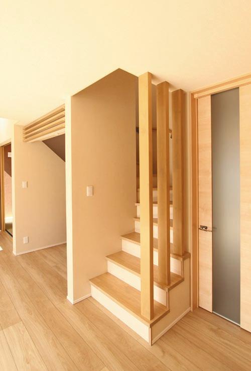 リビングから2階へと繋がる階段には、木格子をあしらい、「和」の雰囲気を演出しました。