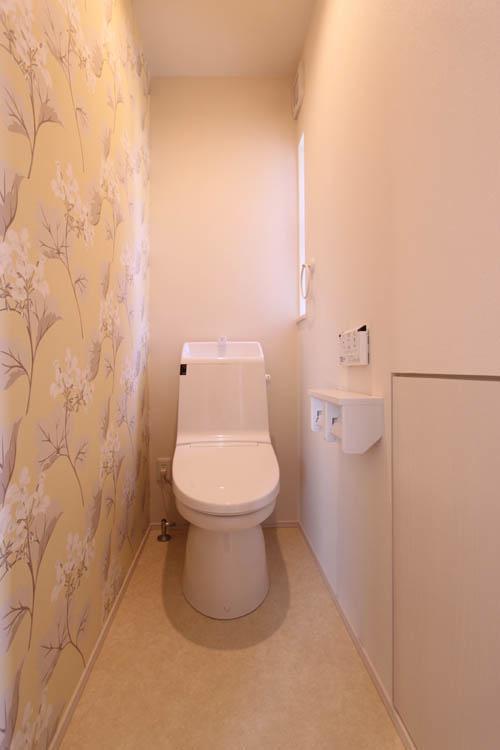 トイレには奥様こらだわりの「ローラアシュレイ」の壁紙をあしらいました。