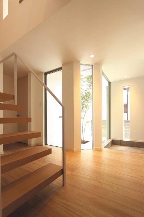 明るい玄関ホールからはシンボルツリーとパティオを望めます。