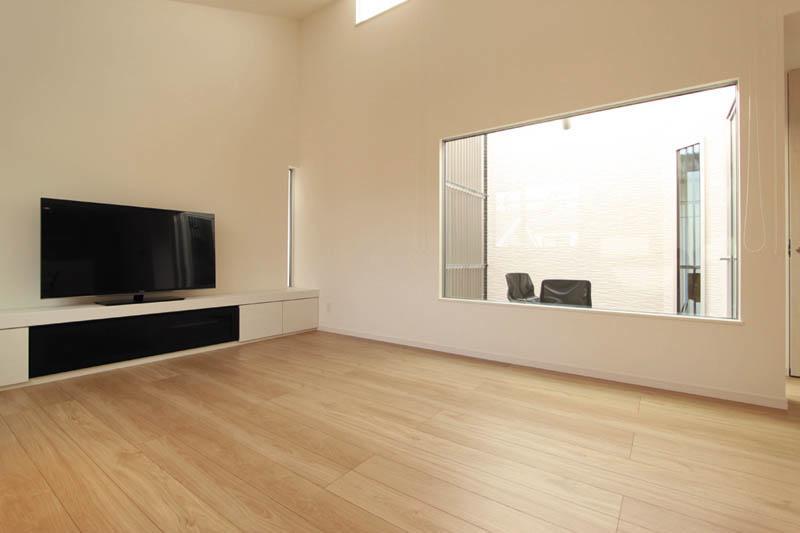 造り付のワイドなテレビ台は空間に溶け込んだデザインとしました。