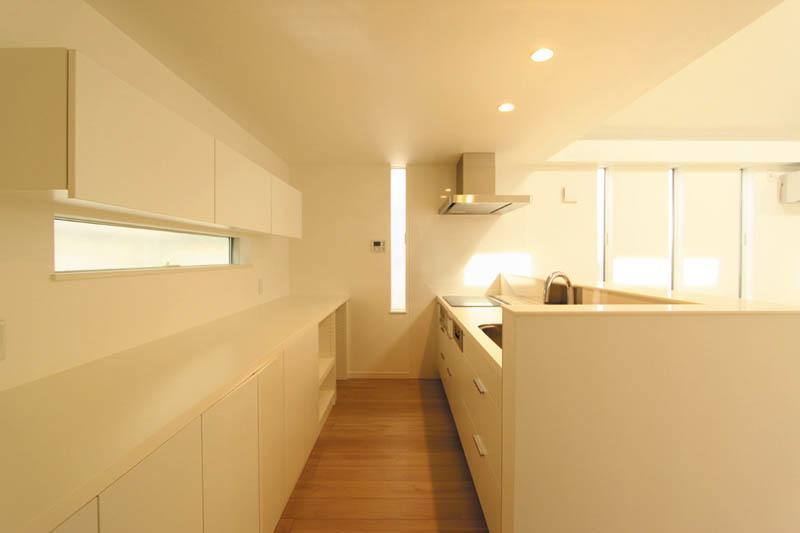 キッチンは清潔感あふれるホワイトカラーでまとめ、採光と通風にも配慮しました。