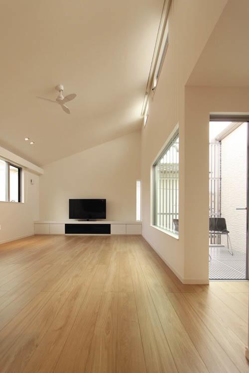 勾配天井からたっぷりと採光を確保したリビングは明るく解放感な空間となりました。