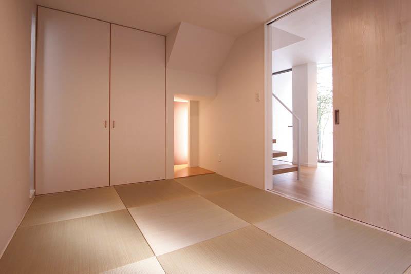1階ホールに続く和室はモダンなカラーリングでまとめました。