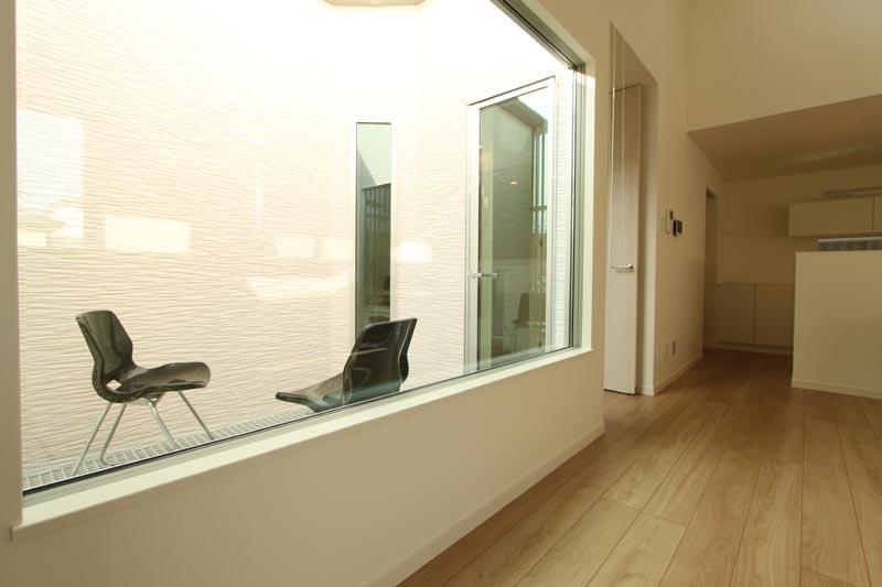 リビングからバルコニーを望む窓は大型の特注サッシとしました。