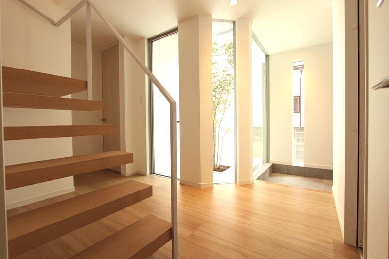 1階ホールから2階へと連絡する階段はストリップ形式とし、明るく開放的なホール空間を演出しました。