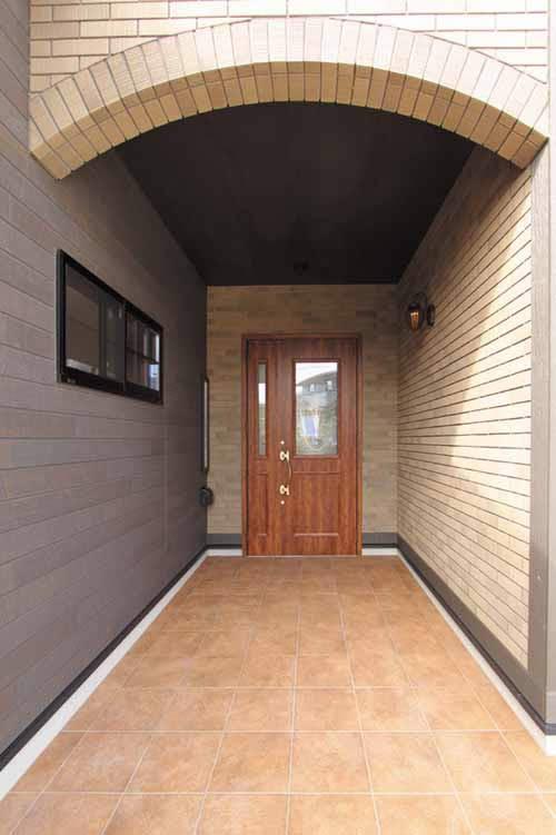 重厚感あふれるアンティークデザインの玄関ドア。