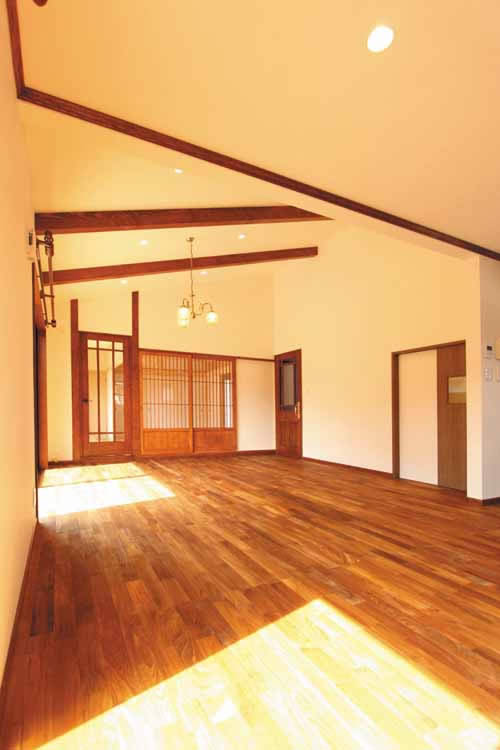 リビングの天井は勾配天井とし、高級感と広がりを演出しました。