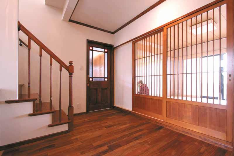 アンティークと和が調和したシックな玄関ホール。