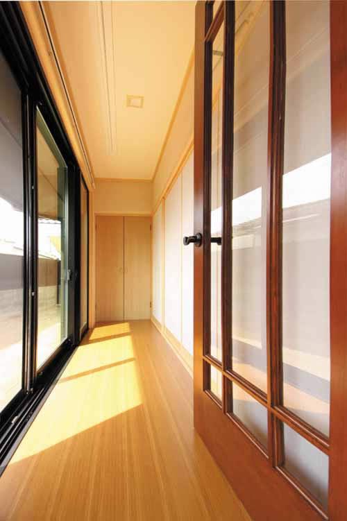和室には室内洗濯物干し場を兼ねた広縁を設けました。