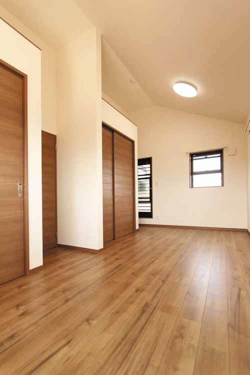2階の主寝室は1階とはトーンの違う落ち着いたカラーリングを施しました。