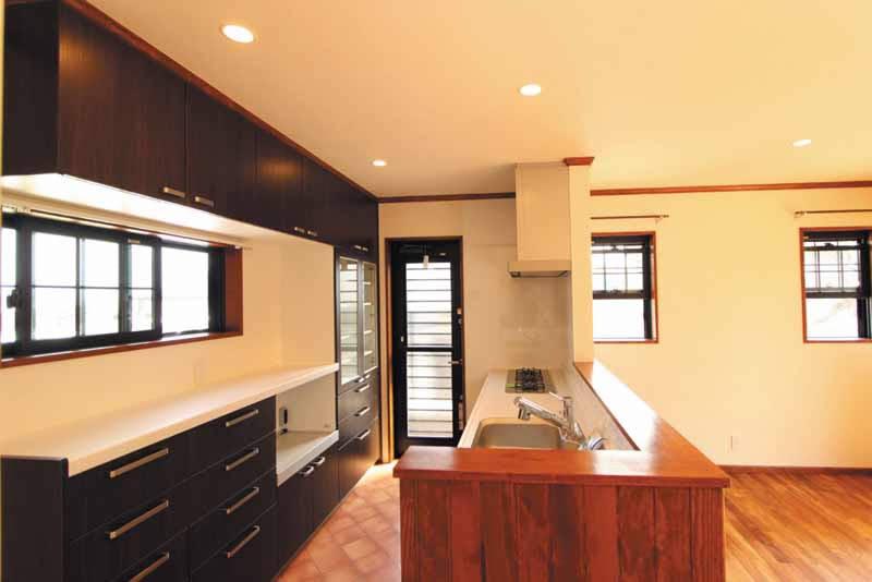 キッチンは重厚感あふれるブラウンカラーでまとめ、採光と通風にも配慮しました。