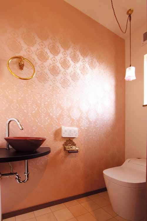 トイレはアンティーク調の壁紙や手洗いなどをコーディネートし、落ち着いた空間となりました。