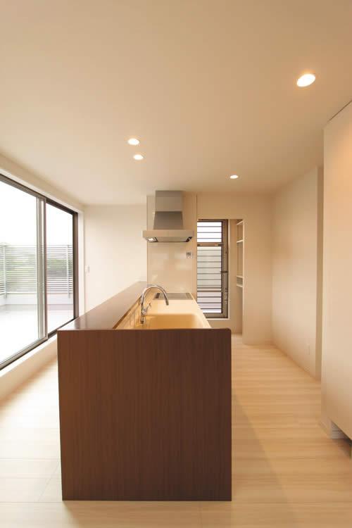 キッチンパントリーから広いバルコニーへの動線を確保したキッチン。