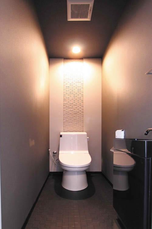 1階のトイレは黒を基調としてシックにまとめました。
