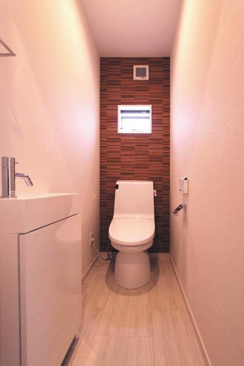 2階のトイレはブラウンをアクセントに落ち着いた雰囲気としました。