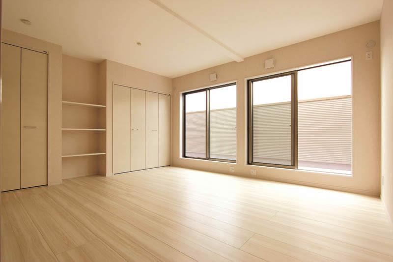 収納もたっぷりと確保した広々主寝室。