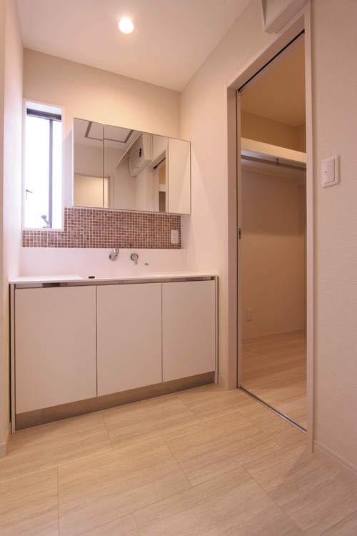 清潔感溢れる洗面化粧台には正面に窓を設け、たっぷり自然の光を採り込みました。
