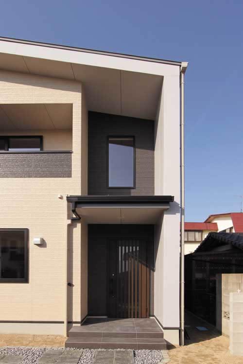 壁と屋根が一体の形状でモダンな雰囲気を醸し出す玄関ファサード。