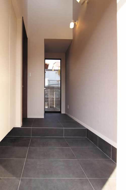 玄関は廊下にまでブラックのタイルを敷きつめ、高級感を演出しました。