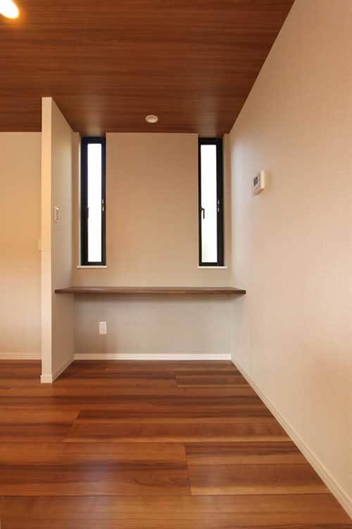 キッチンの横に位置するカウンター付きの多目的スペース。
