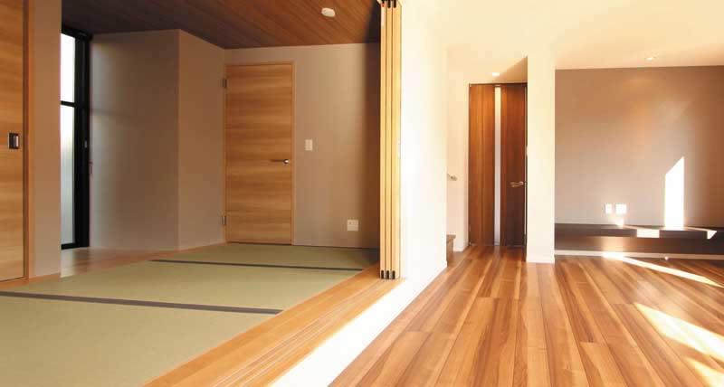 3枚建具を閉じると、和室としても使えるリビング横の畳スペース。