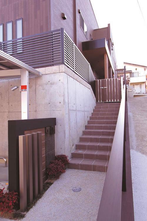 玄関アプローチは高低差のある敷地を活かしてデザインしました。
