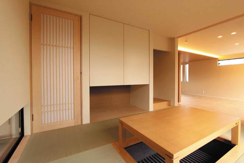 リビングに面する和室は床を1段上げて堀こたつを設置しました。