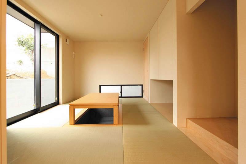 和室は縁無し畳や開き戸式の吊り押入れ、明るい地板の床の間など、シンプルな空間としました。