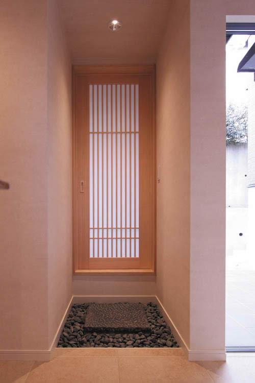 和室には敷石など和の趣きをあしらった、廊下からの動線も設けました。