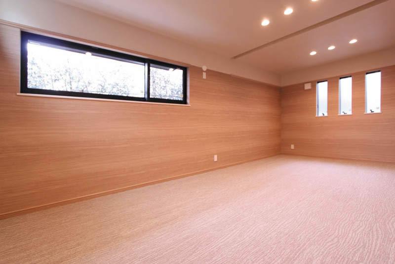 床をカーペット貼りとすることにより}落ち着いた雰囲気を醸し出す主寝室。
