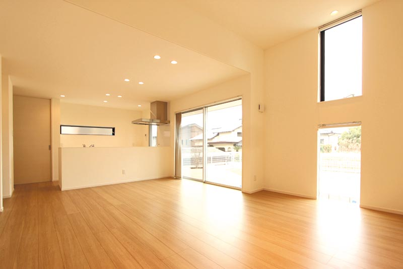 リビングルームの天井を部分的に高くして、大開口のサッシから自然光をたっぷり採り込めるようプランしました。