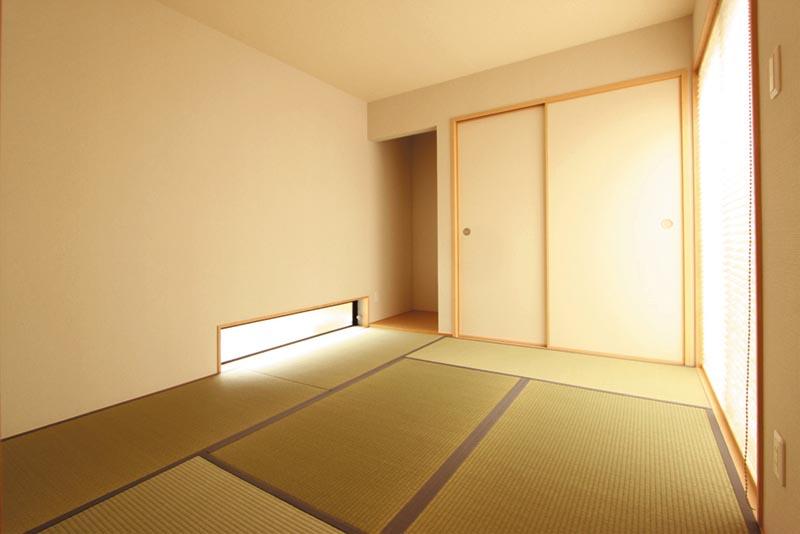 地窓でプライバシーに配慮しながら採光を確保したシンプルで明るい和室。