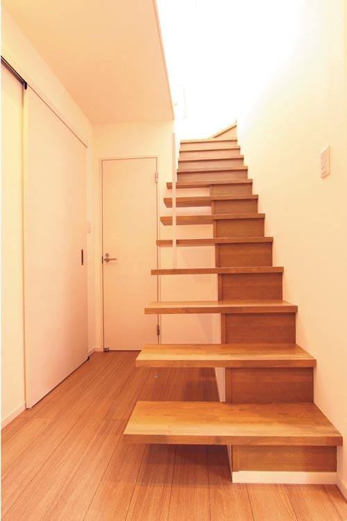 階段は特徴ある片持ち半ストリップデザインとし、ホールの解放感を高めました。