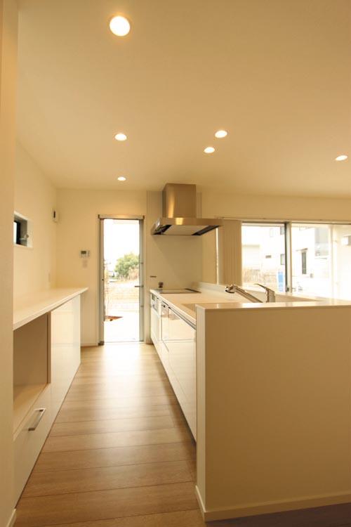 清潔感あふれるモダンな雰囲気のキッチンには南側デッキテラスへの便利な動線を確保しました。