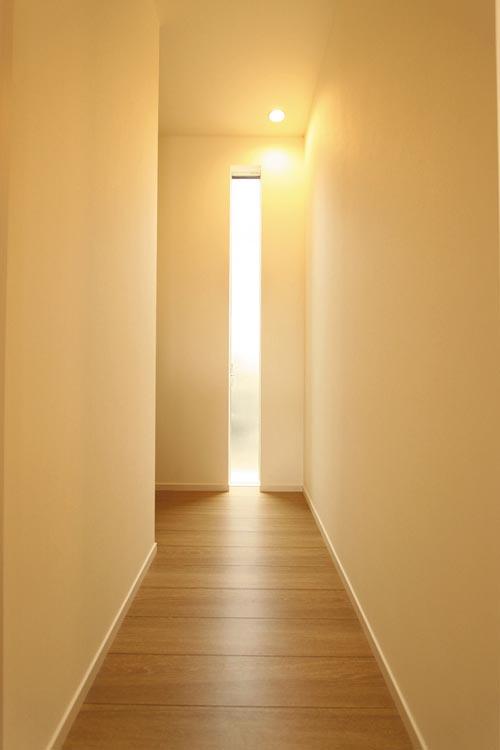 廊下の採光にはスッキリしたデザインのスリット窓を採用しました。