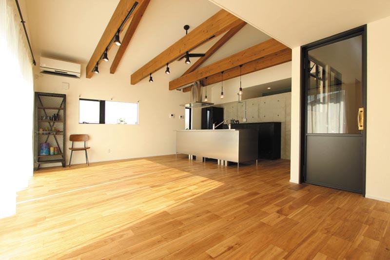 質感にこだわったLDKはコンクリートの無機質さと天然木の優しさが融合され、とても落ち着いた空間に。