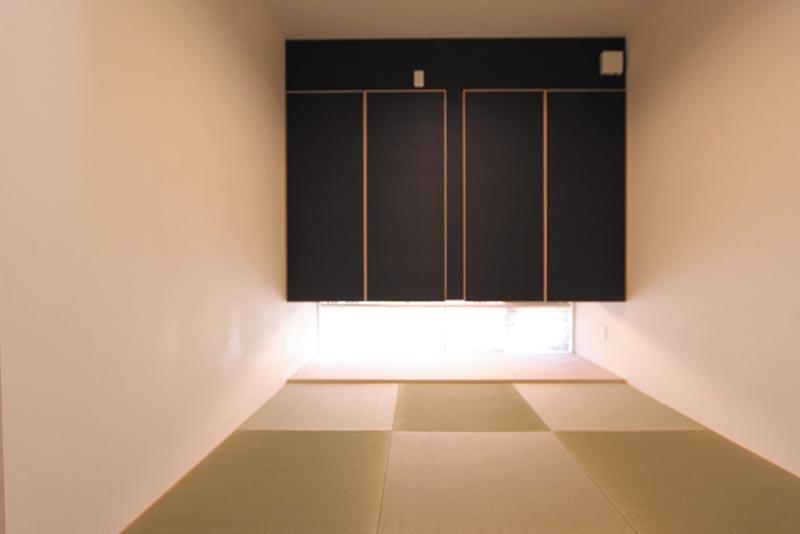 和室は吊押入れの下部に地窓を配して、モダンな雰囲気を演出しています。