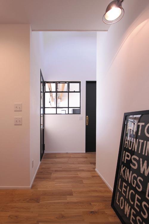 玄関ホールは照明器具や小物を使い、ショップ的な雰囲気を演出しました。