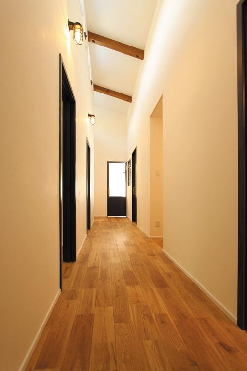 広い廊下には勾配屋根を利用して高窓を配し、明るい空間としました。