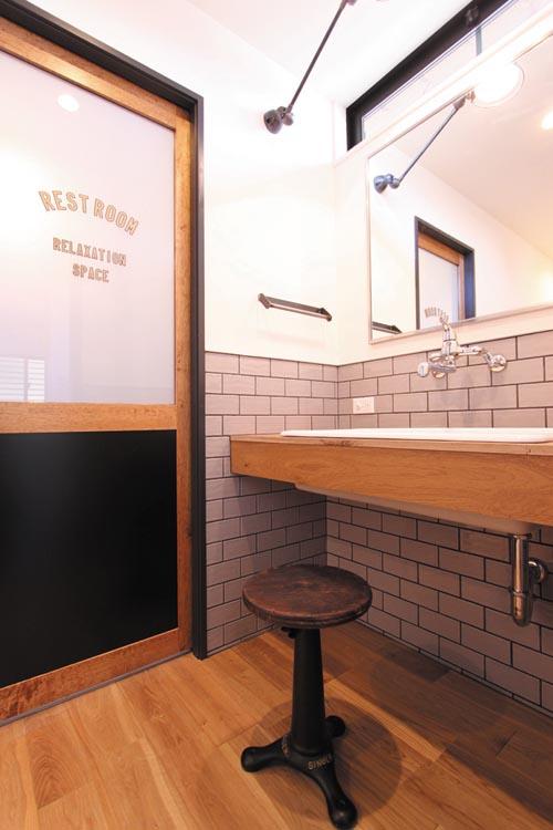 まるでカットサロンのような洗面室。