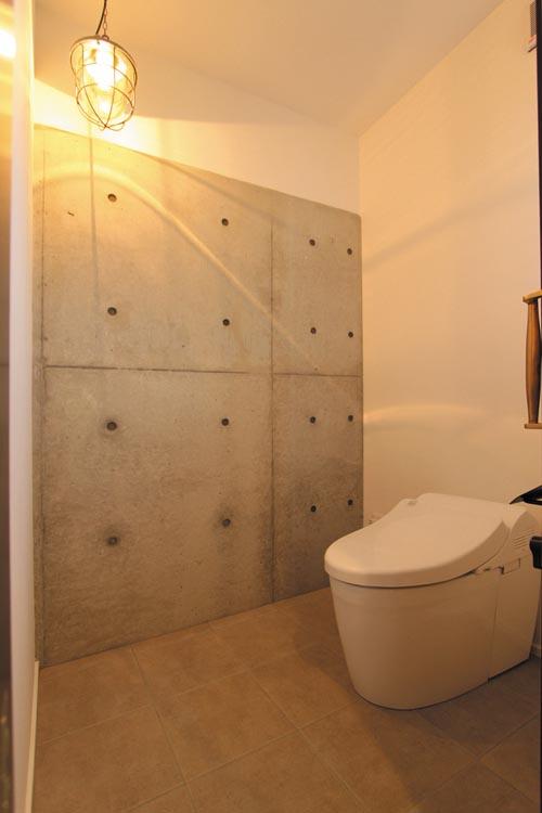 コンクリート打ち放しの壁や照明器具がレトロ+モダンな空間を演出しています。