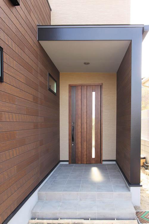 木質調の玄関ドアが落ち着いた高級感を演出します。