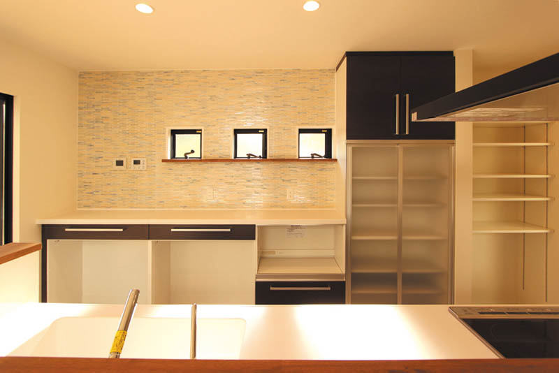 造り付の食器棚と壁のモザイクタイルは奥様こだわりのキッチンスペースです。