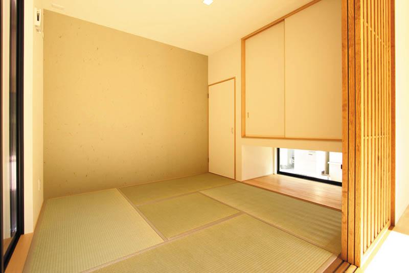 リビングと連動した和室の仕切り戸は高級感溢れる木格子を用い、モダンなデザインとしました。