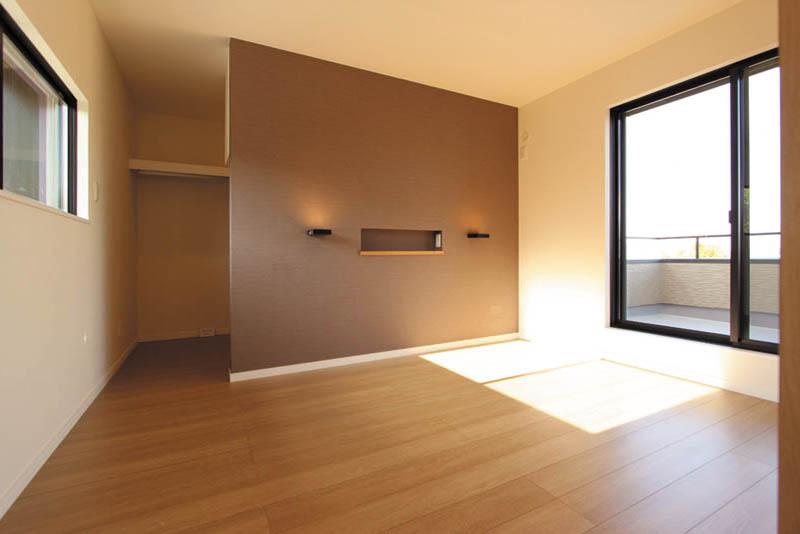ブラウンをアクセントカラーとした落ち着いた雰囲気の主寝室。